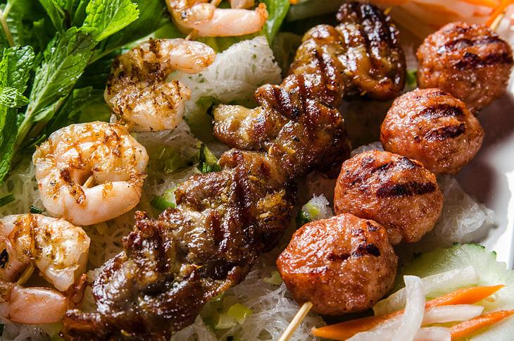 Барбекю (мини шашлычки) из морепродуктов, мяса, курицы и грибов