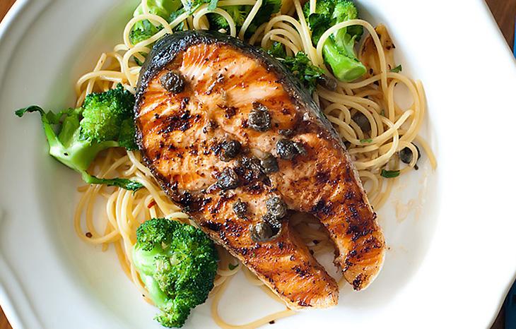 Лосось-гриль со спагетти и брокколи