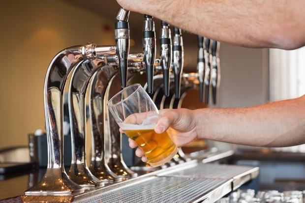 Развод в баре с пивом в Таиланде
