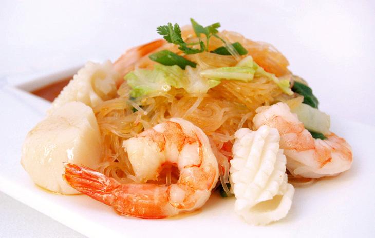 Рисовая лапша (фунчоза) с морепродуктами и овощами