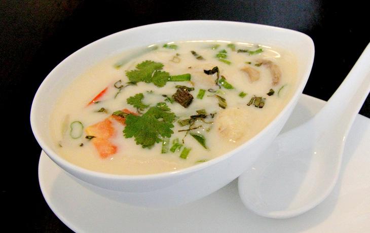 Том Ка Кхай — куриный суп с кокосовым молоком и томатами