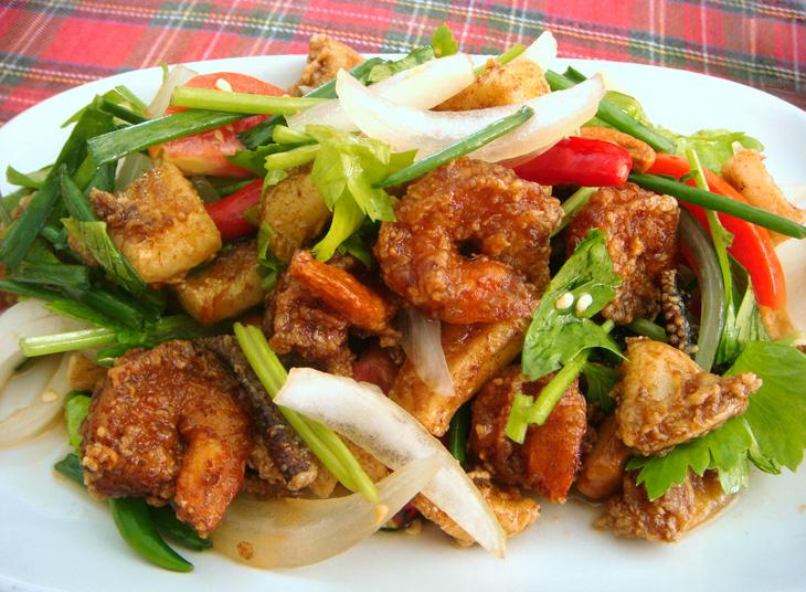 Ям Сам Кроп — салат из жареных морепродуктов и орехов кешью с овощами, яблоком и зеленью