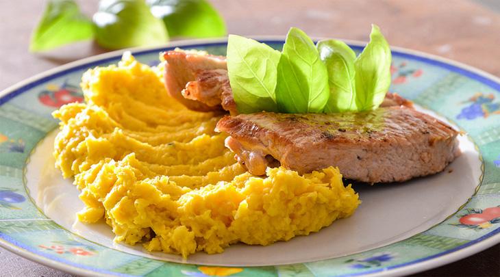 Жареная свиная отбивная с картофельным пюре
