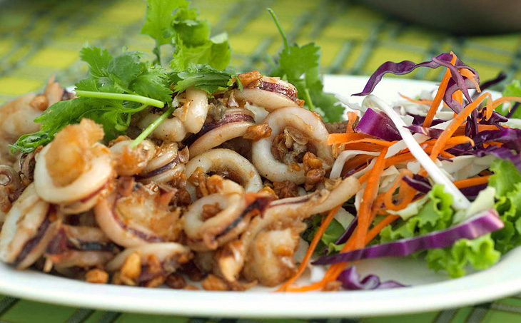 Жареные морепродукты с овощным салатом
