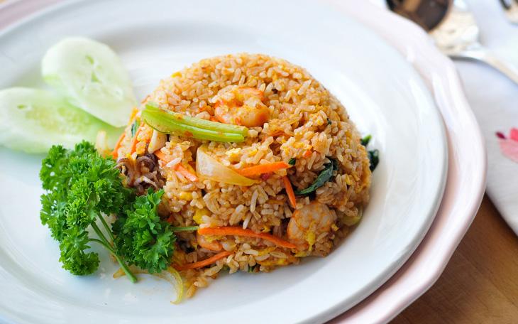 Жареный рис с морепродуктами, яйцом и овощами
