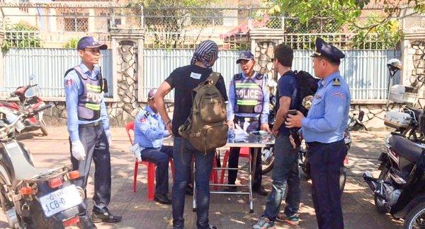 Коррумпированная дорожная полиция Камбоджи как афера