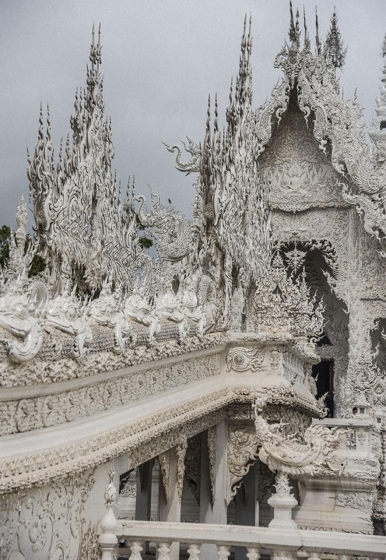 Мост из ада в небеса в храме Wat Rong Khun